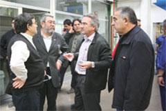 Méndez, Lito y José Ruiz conversan durante la visita a la factoría