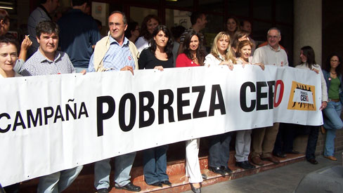 UGT-PV coloca una pancarta en Casa del Pueblo de Valencia como inicio de actos campaña Pobreza Cero